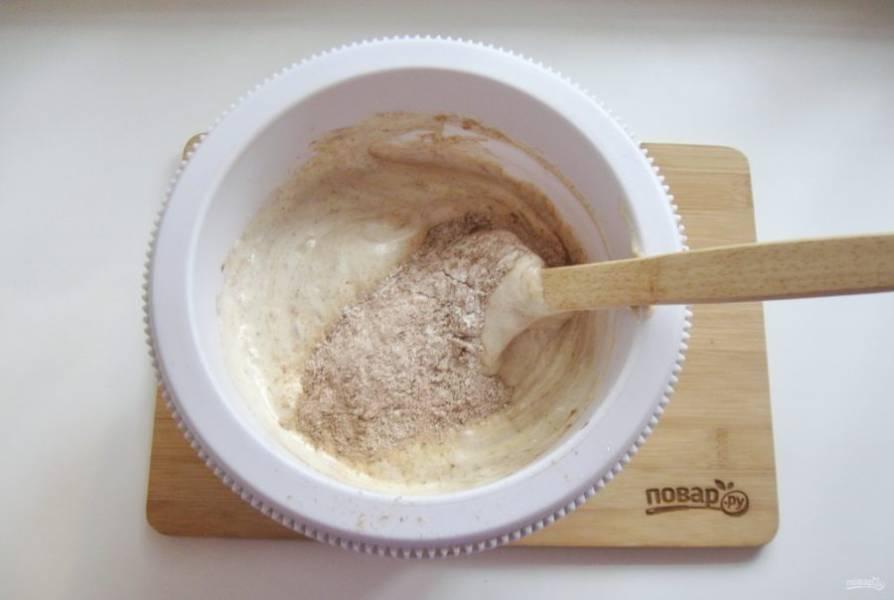 Перемешайте муку с какао-порошком и постепенно всыпьте в яично-сахарную смесь. Добавьте разрыхлитель.