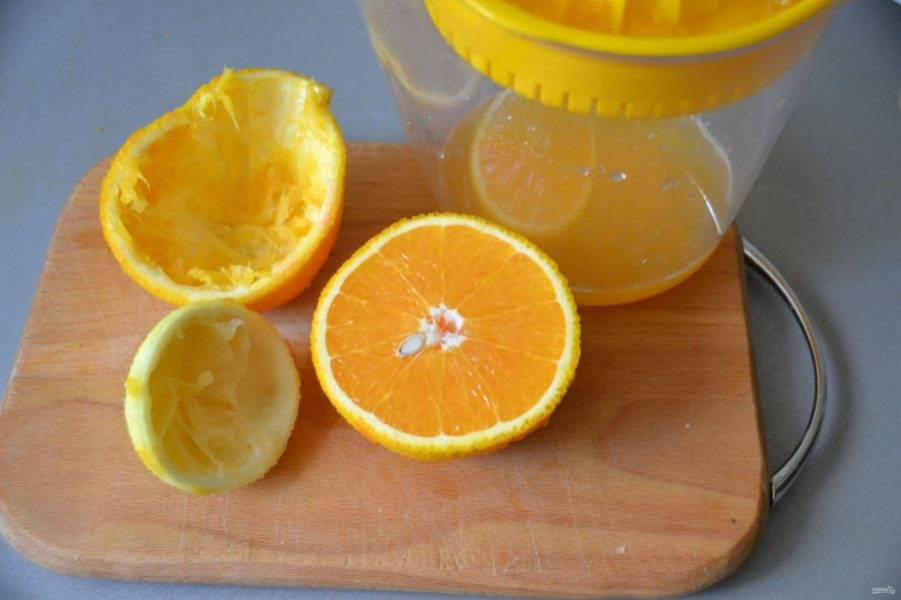Выжмите сок из лимона и апельсина.