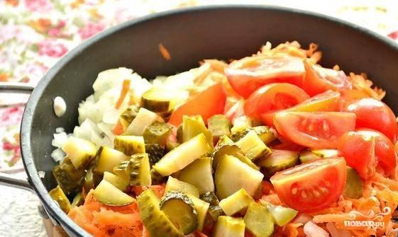 Сразу добавляйте все нарезанные овощи в сковороду. Пассеруйте их в течение 5 минут, а затем всё со сковороды добавьте в кастрюлю.