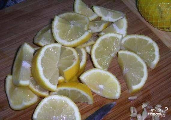 Лимоны хорошо помыть, нарезать мелкими дольками вместе в кожурой и удалить косточки.