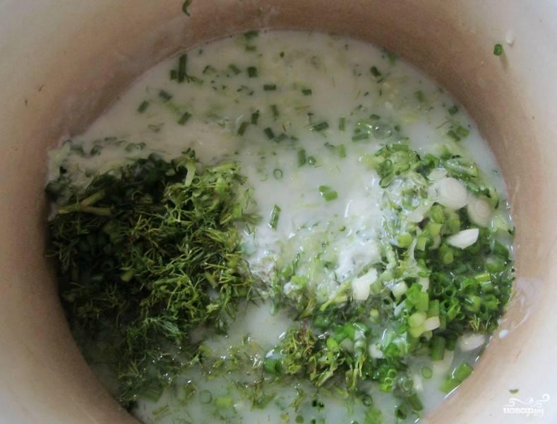 4. В глубокую кастрюлю добавьте потертый или нарезанный огурец, нарубленный зеленый лук, измельченный грецкий орех и залейте все кефиром, посолите.