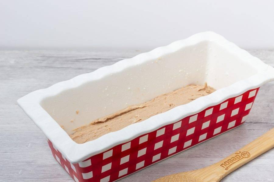Форму смажьте растительным маслом и присыпьте мукой. Первым слоем равномерно выложите тесто с какао.