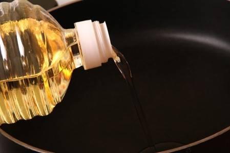 В сковороде разогрейте подсолнечное масло. Обмакните кусочки карпа в кляр и обжарьте с двух сторон до красивого золотистого цвета.