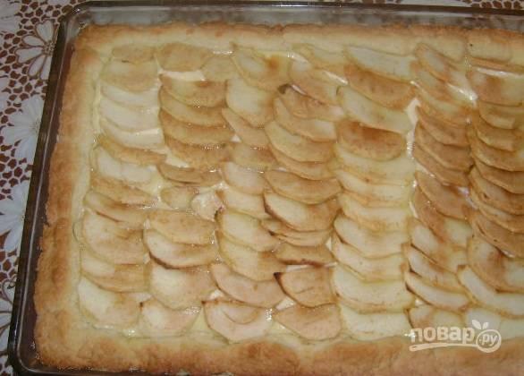 7. Когда пирог подрумянился, достаньте его из духовки.