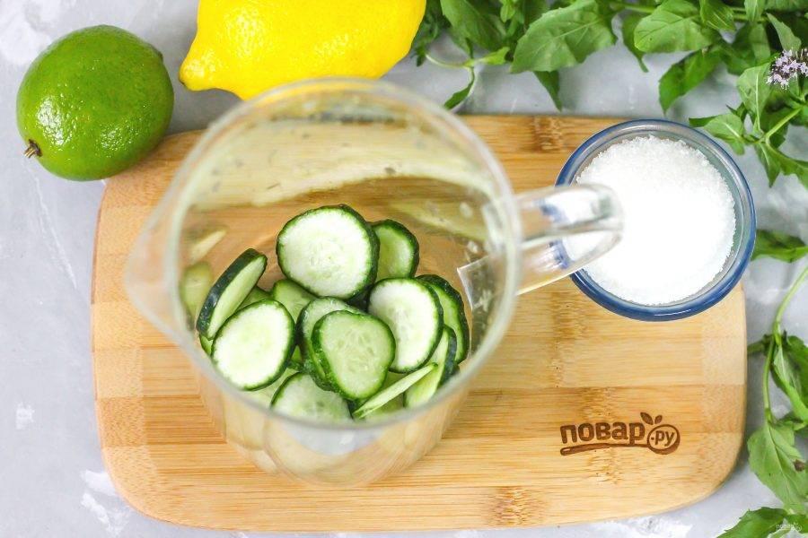 Огурцы промойте в воде, срежьте хвостики с овощей. Нарежьте их кружочками или ломтиками и высыпьте в кувшин. Если овощи поздних сортов, то обязательно пробуйте их на вкус, срезайте кожуру и семена.