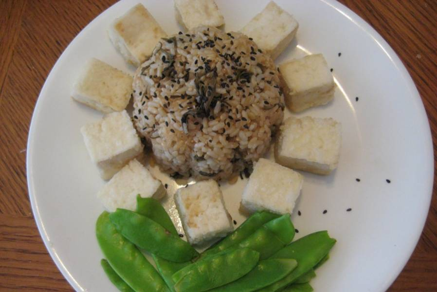"""3. Вот, собственно и все! Выкладываем на тарелку, посыпаем черным кунжутом, и делаем такую себе """"ромашку"""" с кусочками тофу вместо лепестков. Вкусно и полезно!"""