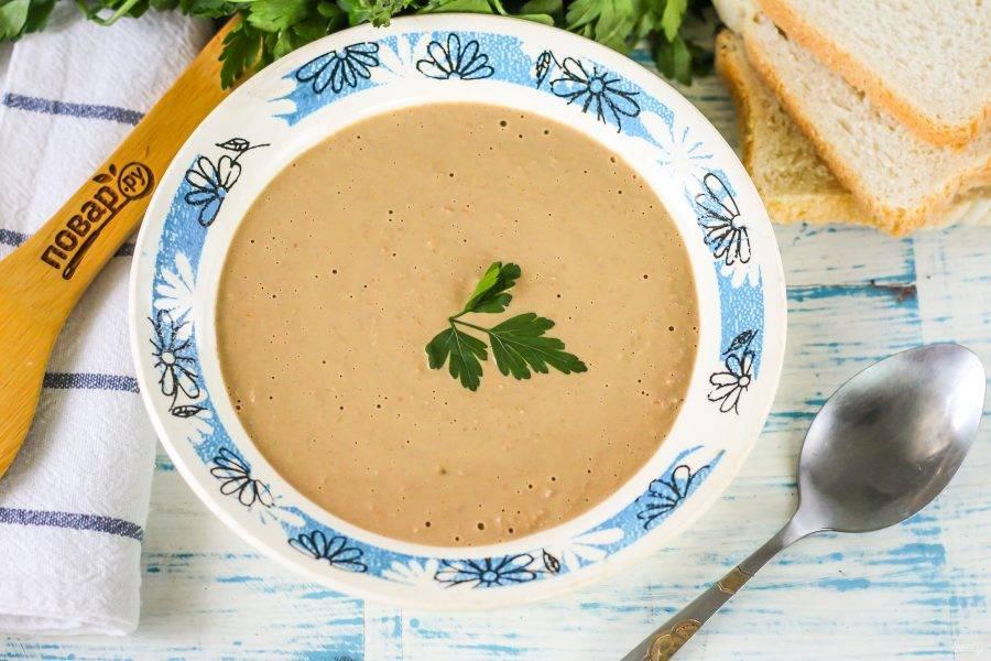Разлейте суп пюре в тарелки, пока он теплый и сразу же подайте к столу.