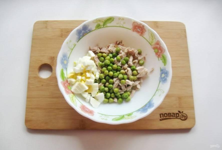 Яйцо сварите вкрутую, охладите, очистите и нарежьте. Добавьте в салат.