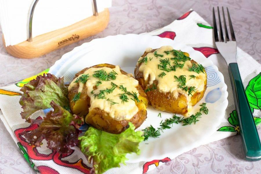 Картофель готов. Посыпьте свежей зеленью и подавайте к столу. Приятного аппетита!