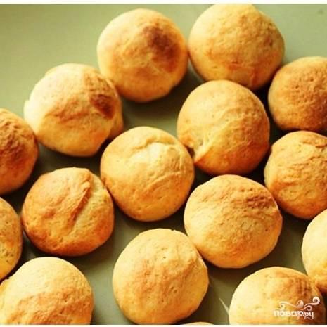 Выкладываем шарики на противень, смазанный сливочным маслом или застланный пергаментной бумагой. Выпекаем 10-15 минут при 190 градусах.