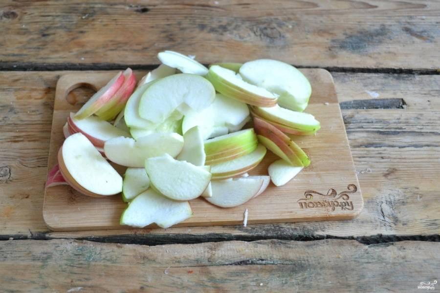 Яблоки разрежьте пополам, удалите у них семенную коробочку и хвостик. Порежьте яблоки тоненькими слайсами.