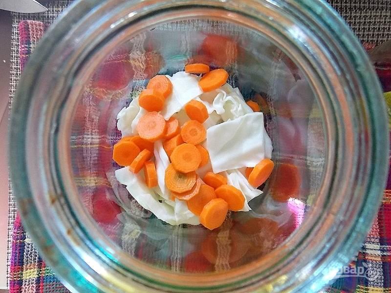 Почистите морковь и нарежьте кружочками. Отправьте в банку с капустой.
