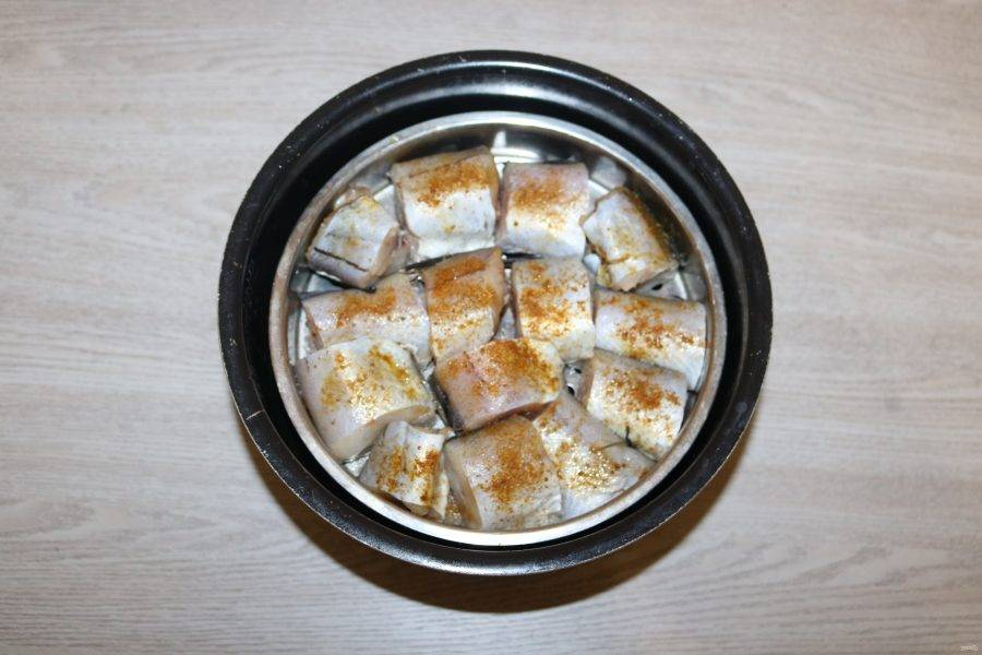 Залейте в чашу мультиварки чистую воду, сверху поставьте контейнер с рыбой.