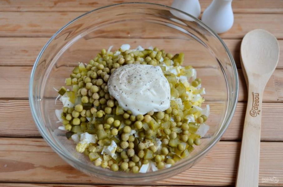 Заправьте салат майонезом, добавьте соль и черный перец по вкусу.