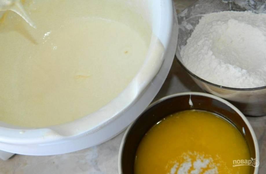 Творог желательно протереть через сито. Взбейте его с сахаром и яйцами. Добавьте в тесто растопленное сливочное масло, соду и муку. Все перемешайте.
