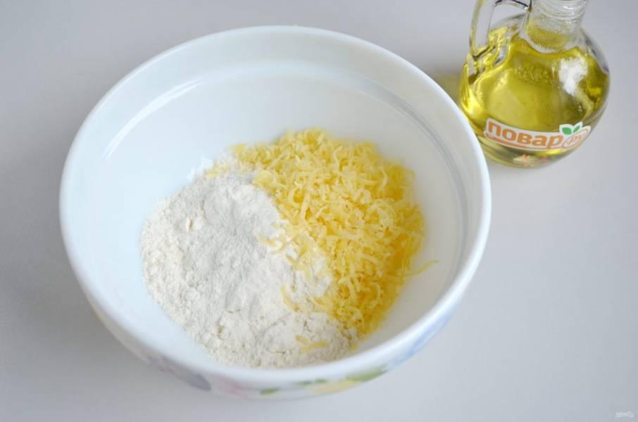 2. Сделайте тесто: соедините муку с разрыхлителем, солью, положите тертый сыр, перемешайте.