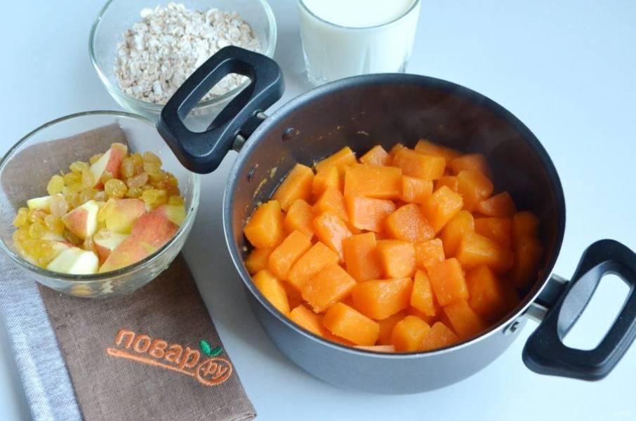 3. Лишнюю воду, которая не успела выкипеть, слейте. Яблоко вымойте, удалите сердцевинку и порежьте кусочками. Изюм переберите, промойте.