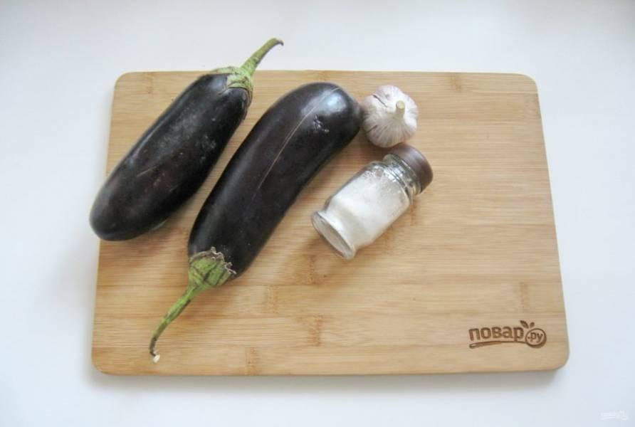 Для приготовления квашеных баклажанов возьмите баклажаны, соль, лавровый лист и чеснок.
