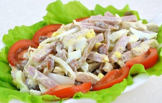 """8. Подавайте салат """"Мужская мечта"""" в салатнице или на большом блюде, застеленном салатными листьями и кружочками помидоров. Приятного аппетита! Пусть мечты сбываются!"""