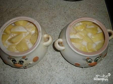Разливаем приготовленную смесь по горшочкам. Жидкость должна практически полностью накрывать картофель.