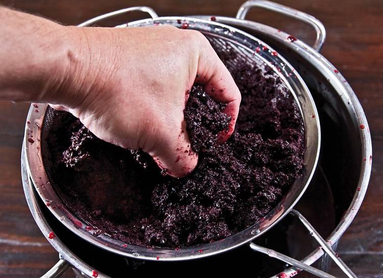 9. За мезгой нужно следить, каждый день аккуратно ее перемешивая. Затем процедите через сито, получив вторую порцию сока.