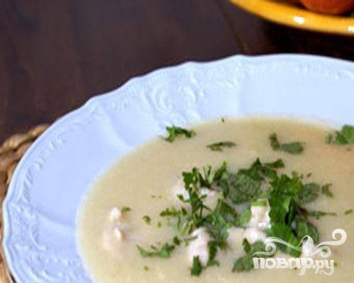 6.По тарелкам разливаем суп, в каждую тарелку кладем клецки и посыпаем измельченной зеленью сельдерея.