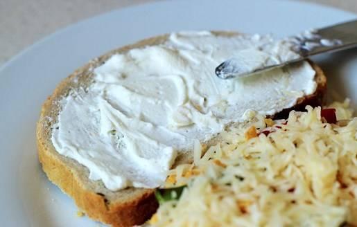 Второй ломтик хлеба намазываем сливочным сыром.