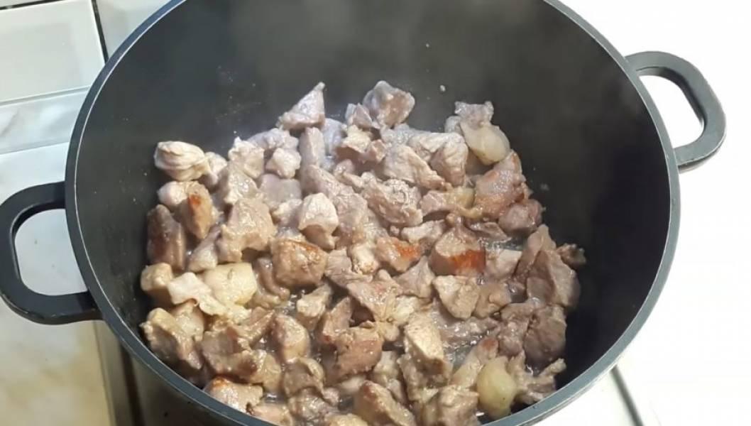 2. Крупными кусочками нарежьте картофель. С помидоров снимите кожицу и нарежьте их крупно. На растительном масле обжарьте мясо.