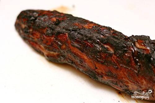 3. Обжарить свинину на гриле в течение 12 минут, периодически смазывая зарезервированным маринадом и переворачивая мясо на четверть каждые 3 минуты. Выбросить маринад. Продолжать готовить свинину, переворачивая примерно каждую минуту, пока мясной термометр, вставленный в самую толстую часть мяса, не будет регистрировать температуру 63 градуса. Мясо должно быть слегка розовым в центре.