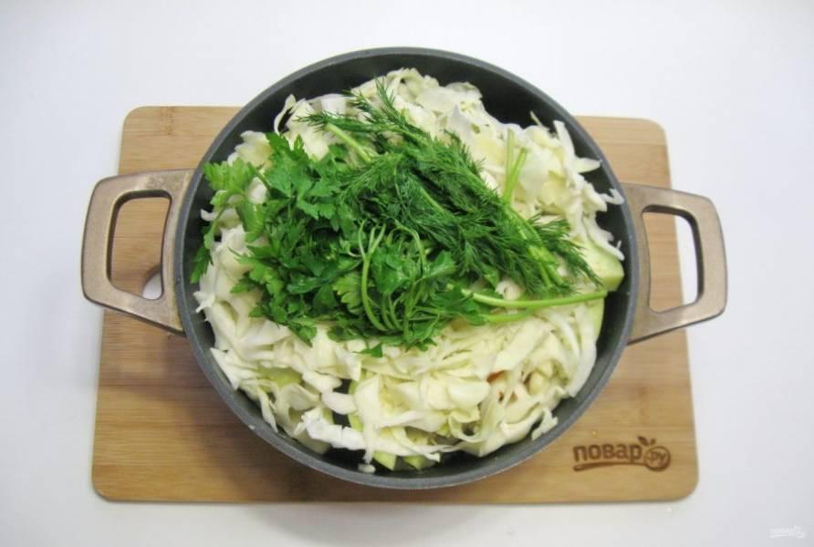 Помойте укроп и петрушку, выложите на капусту.
