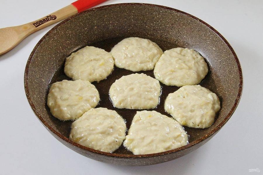 Выкладывайте тесто столовой ложкой на разогретую сковороду.