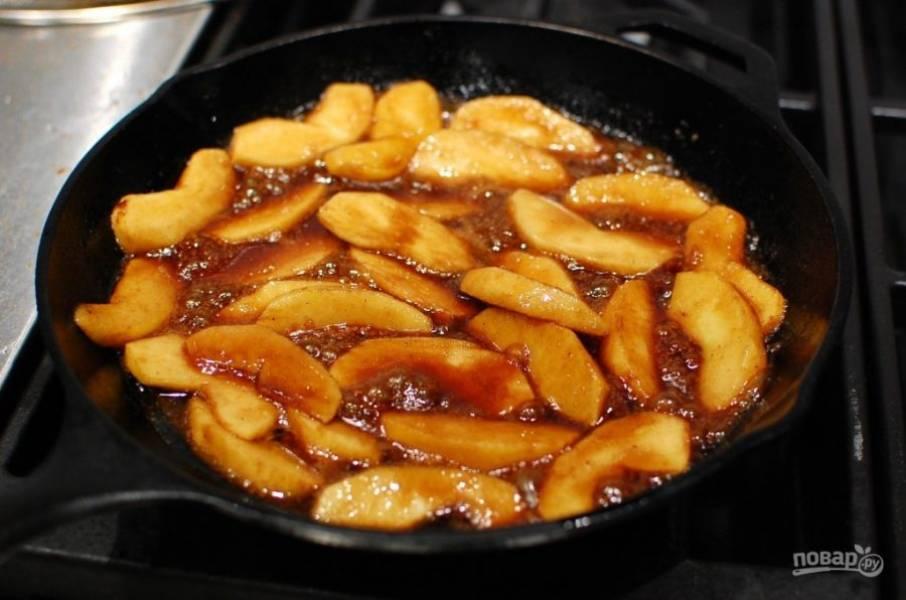 3.Выложите в масло яблоки, добавьте коричневый сахар и 0,5 чайных ложки специй, подходящих для тыквенного пирога. Варите яблоки на слабом огне около 5-10 минут, затем выключите огонь.