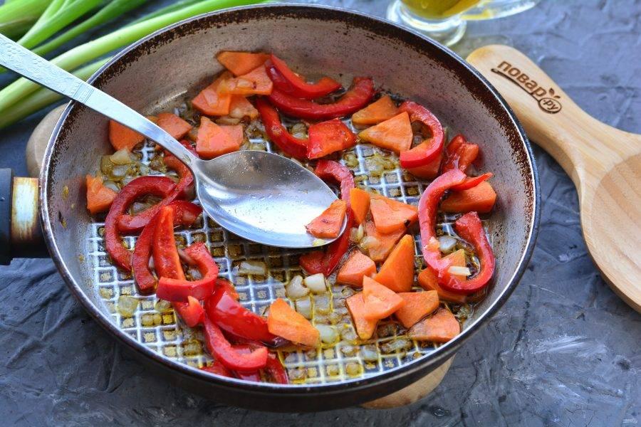 Пассеруйте овощи на растительном масле 2-3 минуты, помешивая.