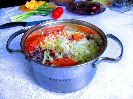 2. Подсолите закипевшую воду, опустите в кастрюлю овощи. Оставьте всё вариться на среднем огне.