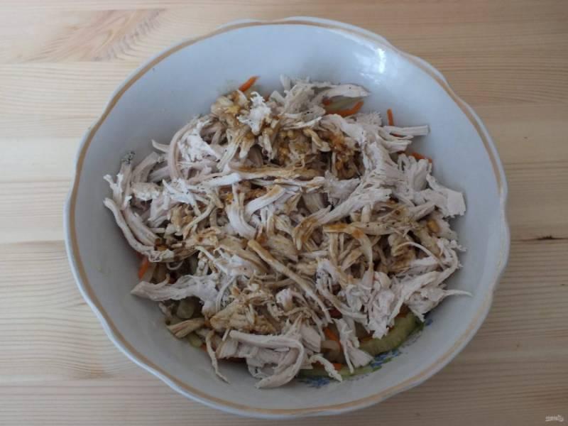 Если в салатнике с овощами выделилась жидкость, слейте ее и отожмите овощи. Добавьте курицу, заправку.