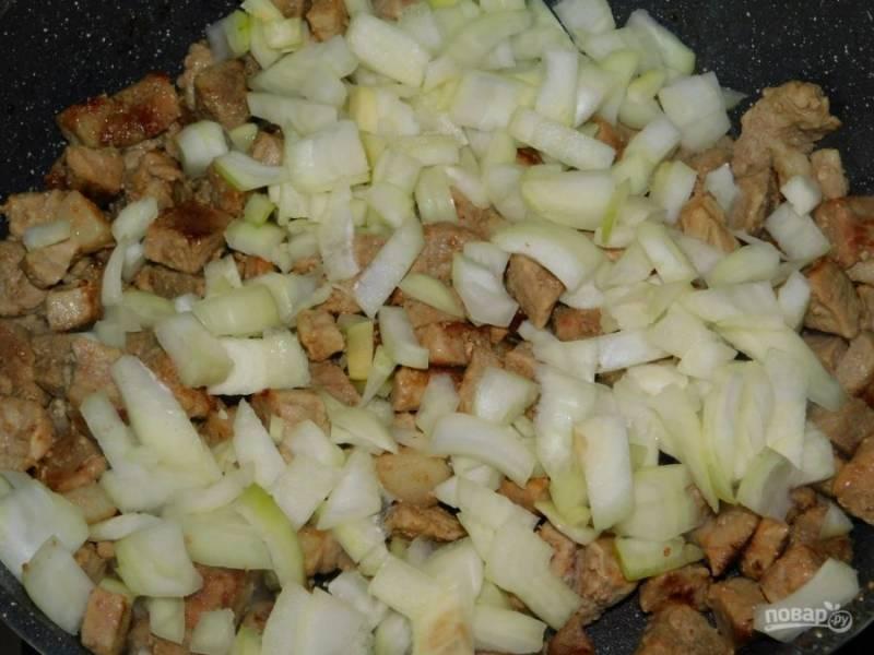 Добавьте нарезанный лук и обжаривайте 2-3 минуты все вместе.