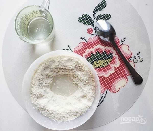 3.Всыпьте к тесту сахар (5 столовых ложек), еще раз перетрите, замешивайте тесто и добавляйте немного холодной воды, чтобы ком из теста смог держаться вместе.
