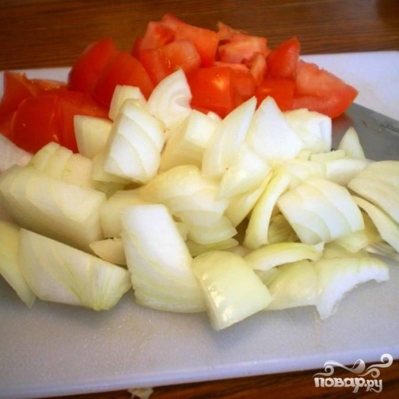 3. Нарезать кубиками помидоры и лук.