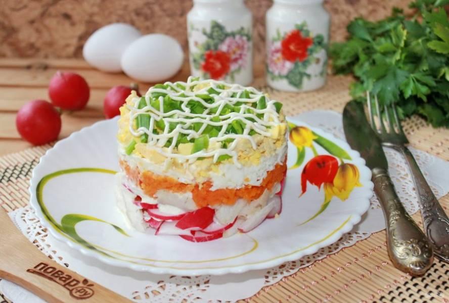 Аккуратно снимите кольцо и украсьте салат. Подавайте на закуску.
