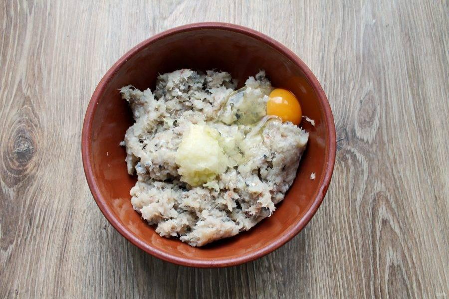 В миску с фаршем и луком разбейте яйцо.