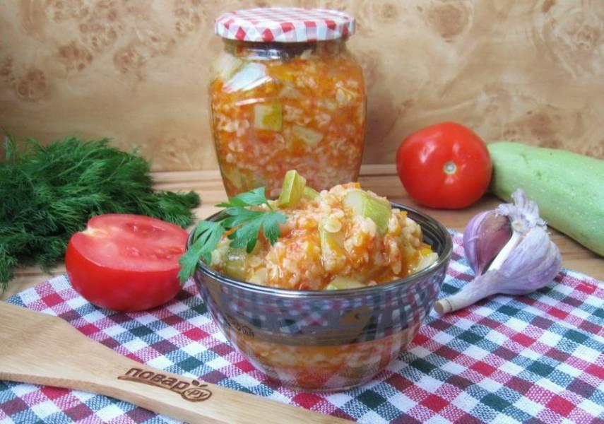 Готовый горячий салат разложите по стерилизованным банкам и закатайте крышками. Храните в прохладном месте.