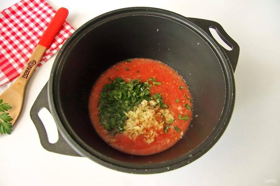 Помидоры вымойте и пропустите через мясорубку. Перелейте томатный сок в глубокую посуду с толстым дном. Добавьте соль, сахар, масло, молотый перец, пропущенный через пресс чеснок и рубленую зелень.