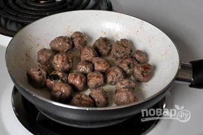 2. В отдельной миске смешайте фарш, свежую петрушку, укроп, соль и перец. Нагрейте одну столовую ложку оливкового масла. Сформируйте из фарша фрикадельки, обжарьте их в сковороде до коричневого цвета около 5 минут.