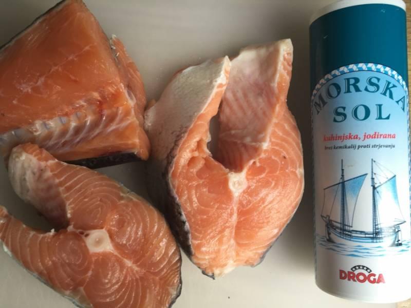 Для начала подготовьте рыбу. Обмойте и высушите кусочки, натрите солью со всех сторон и отложите.