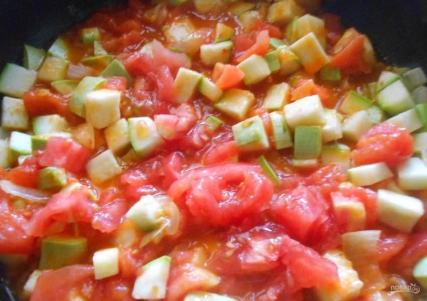 3.С кабачков сливаю воду и добавляю их к помидорам и луку, по вкусу солю. Готовлю до мягкости под закрытой крышкой на слабом огне.