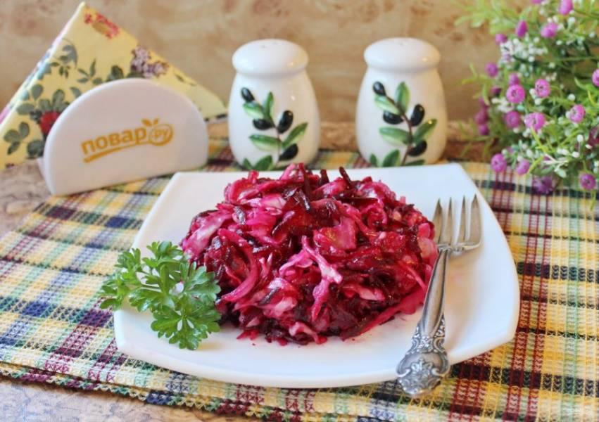 Необычный салат из свеклы с красной рыбой готов. Подавайте на закуску.
