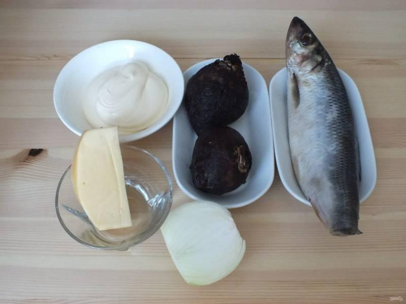 1. Подготовьте необходимые ингредиенты. Свекла должна быть заранее запеченной и полностью охлажденной.