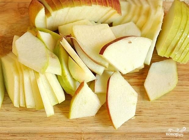 У яблок удалим сердцевину и порежем тонкими дольками.