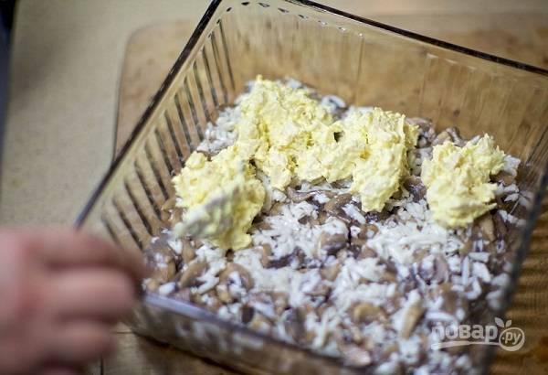 9. Выложите курочку сверху, распределив её ровненько. Все, салат готов. Перед подачей можно украсить его измельченной зеленью или горстью тертого сыра.  Приятного аппетита!