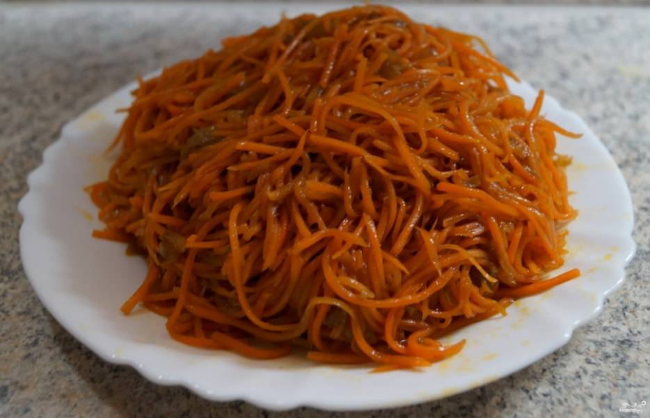 Возьмите 250 грамм морковки по-корейски. Если ей не хватает остроты, то добавьте в неё раздавленный зубчик чеснока и хорошо перемешайте. Сок от моркови тоже добавьте в салат.